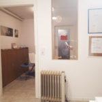 Behandlungsraum mit Blick zum Wartezimmer
